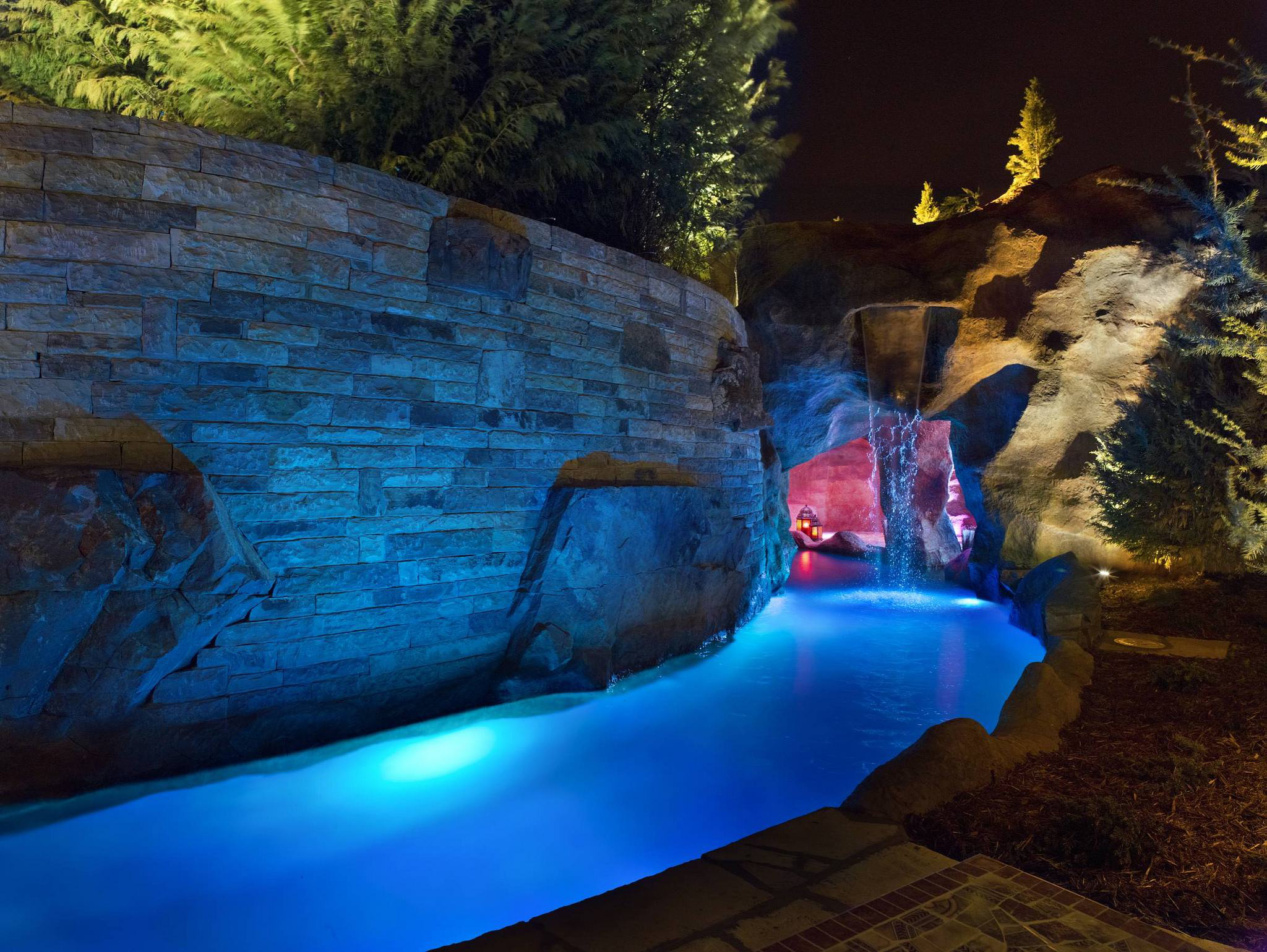 Seven popular pools customers can beat the summer with for Pool kings design