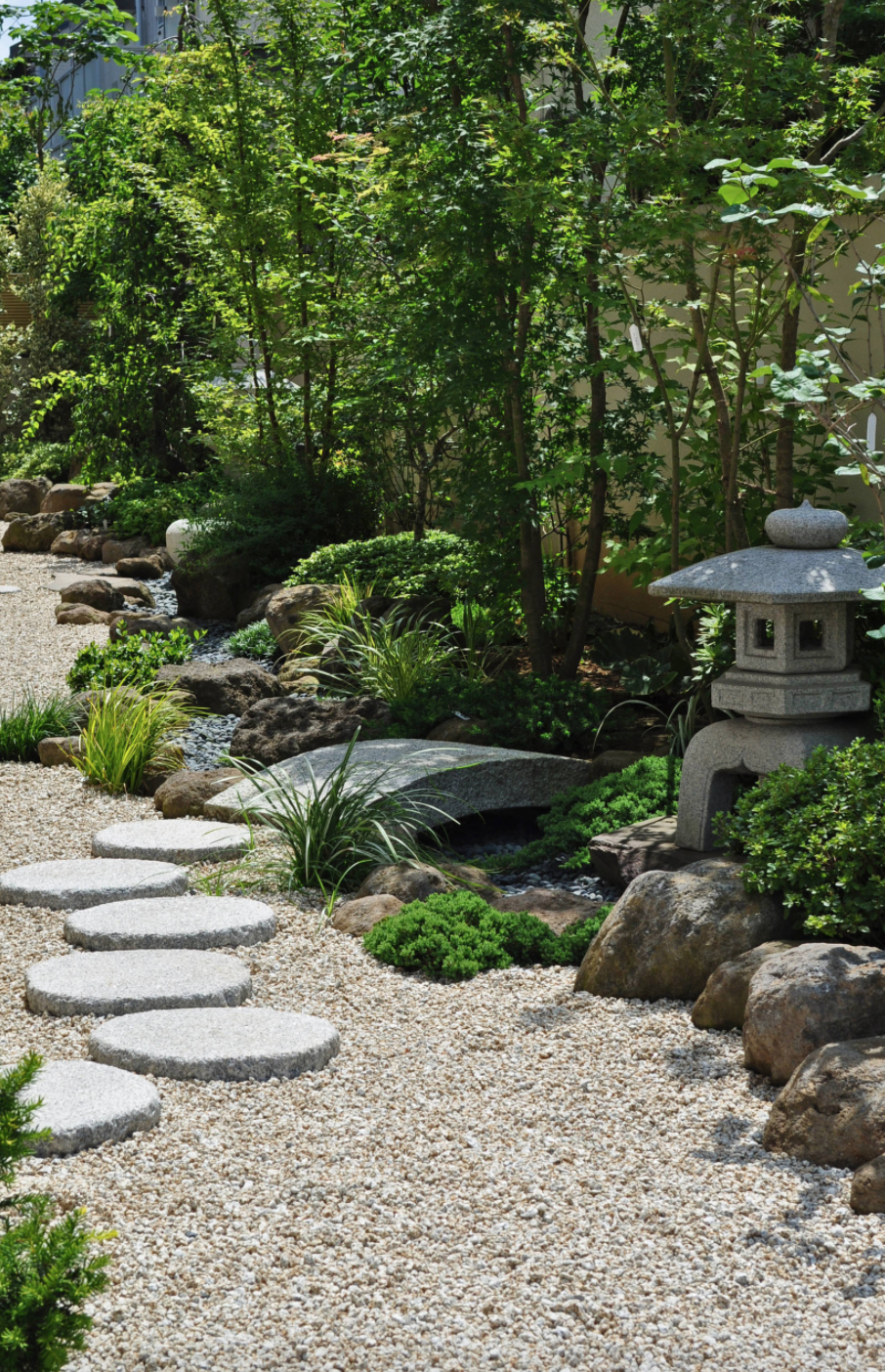 Superbe Japanese Zen Garden With Foot Stones And Decor
